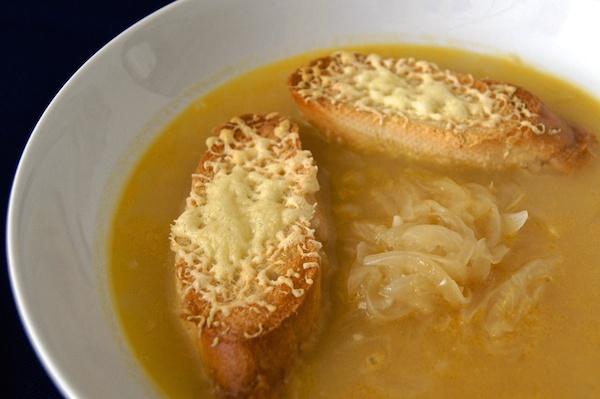 Receta de sopa de cebolla gratinada