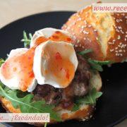 Hamburguesas caseras con queso de cabra y salsa agripicante