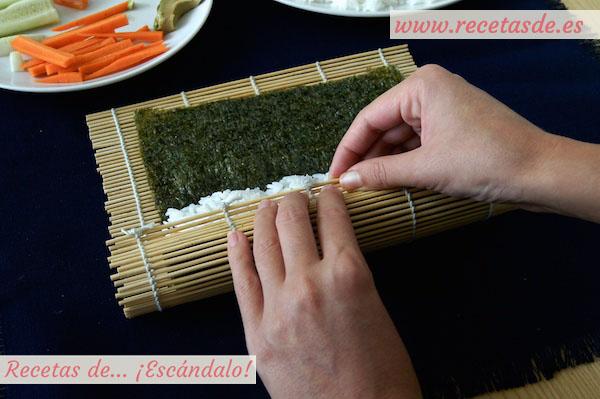 Enrrollando el maki sushi con la esterilla de bambú
