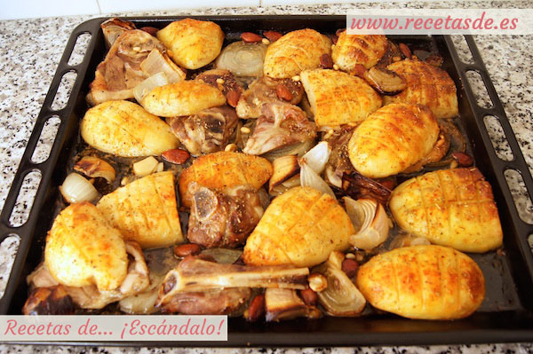 Cómo preparar asado de chuletas de cordero al horno con patatas y almendras