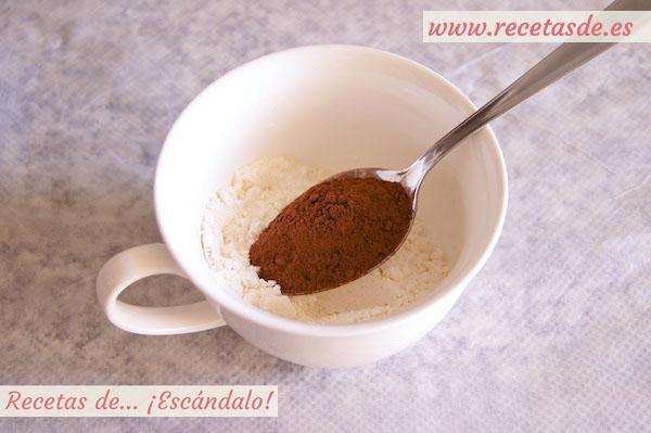 Mug cake brownie, mezclando el cacao con la harina
