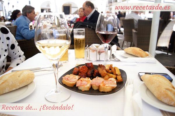 Aperitivo de bienvenida en el restaurante Los Portales - Plaza Mayor de Cáceres