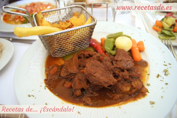 Carrillada en salsa con patatas y verduritas