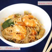 Fideos de arroz chinos con gambas y verduras