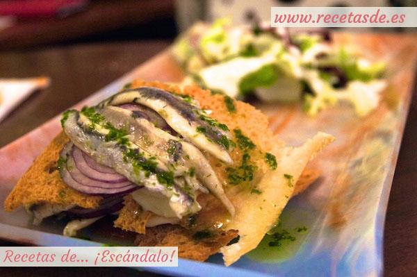 Milhojas de pan cristal con Torta del Casar y boquerones en vinagre