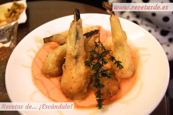 Salmorejo con palitos de berenjena en tempura y miel