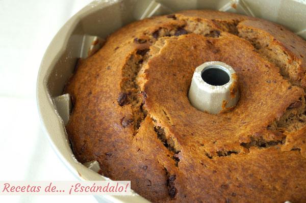 Bizcocho casero bundt cake de platano, chocolate y canela recien salido del horno