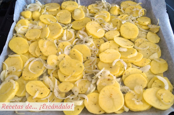 Receta de patatas panaderas y cebolla para la merluza al horno