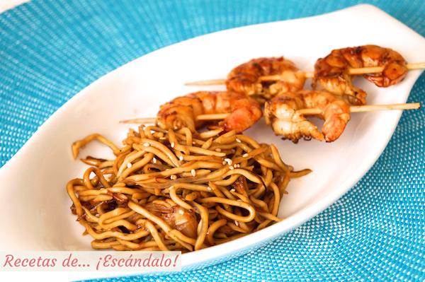 Receta de brochetas de langostinos a la plancha y Angurinas salteadas con salsa de soja