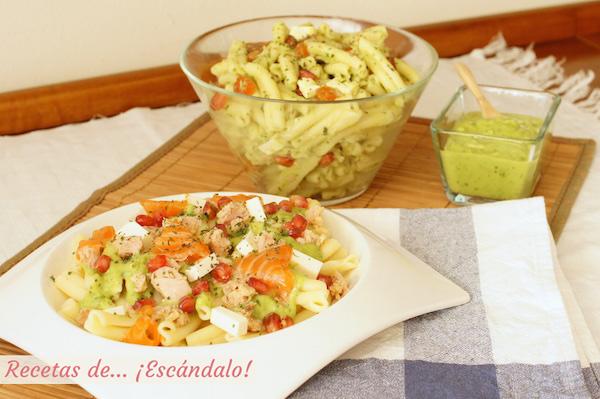 Ensalada de pasta fria con atun y salsa de aguacate, en plato y en bol