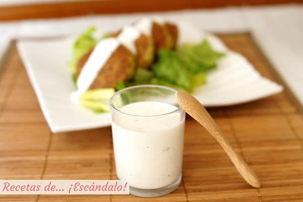 Receeta de salsa de yogur casera, ideal para ensaladas, kebab, falafel
