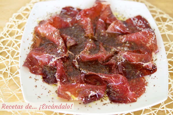 Cecina de leon con chocolate, queso y aceite de oliva, receta