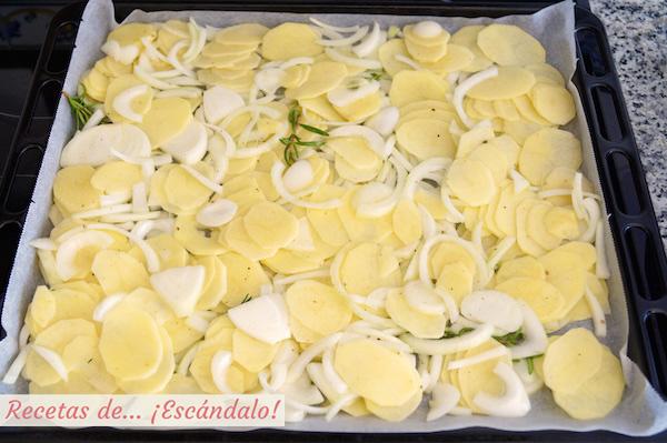 Patatas y cebollas para el asado de bacalao
