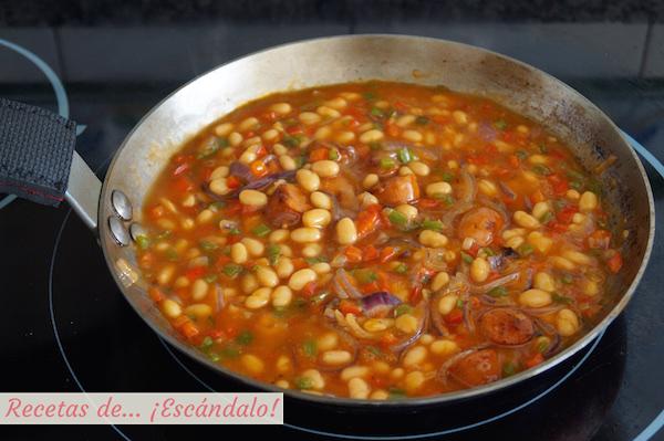 Frijoles con verduras y salsa de tomate
