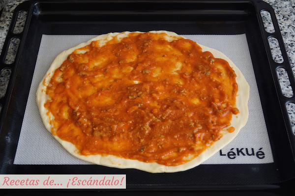 Pizza calzone con salsa bolonesa