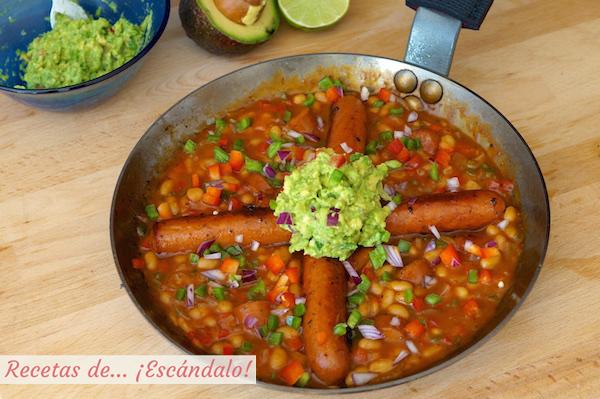 Receta de salchichas con frijoles y guacamole al estilo mexicano