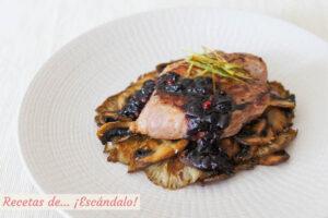 Tournedo de cordero a la plancha con salsa de arandanos a la pimienta rosa, y guarnicion de setas y champinones