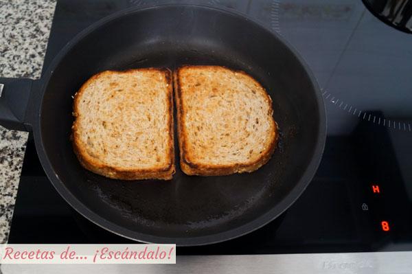 Pan de molde tostado con mantequilla