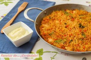Fideua de pollo y verduras con salsa alioli casera