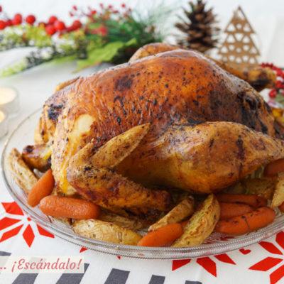 Pularda rellena al horno con guarnicion de patatas marinadas y zanahorias baby. Receta de Navidad