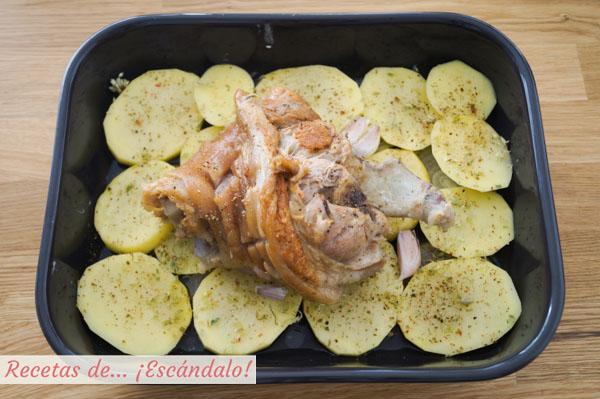 Codillo al horno con patatas y cebolla