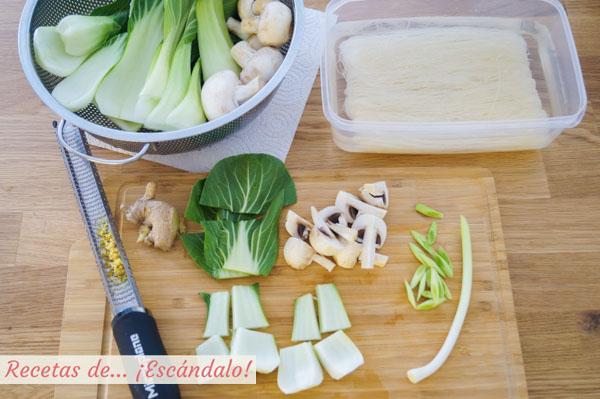Ingredientes cortados para los fideos de arroz con verduras