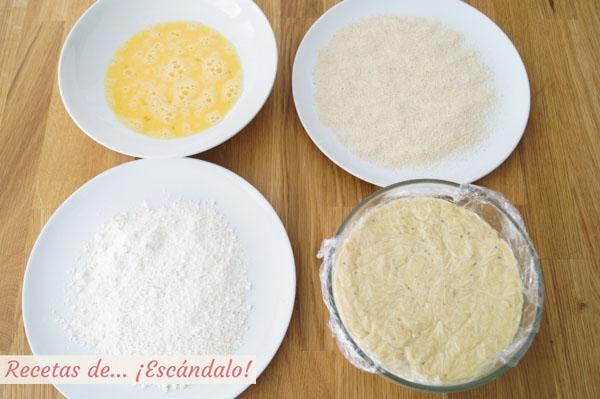 Pasa cada croqueta por harina, después por huevo y por último por pan rallado.
