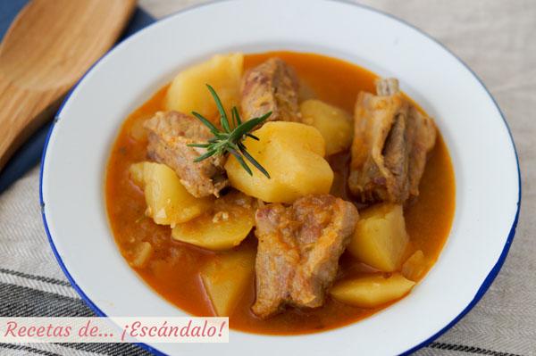 Receta de patatas con costillas de cerdo. Guisado tradicional