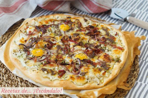 Pizza blanca con bacon, huevos de codorniz y olivada