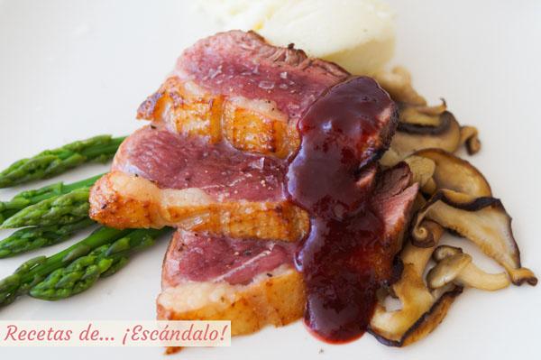 Receta de magret de pato con salsa de frambuesas, esparragos y setas