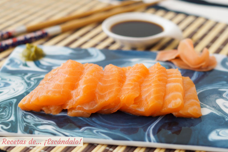 Sashimi de salmon con wasabi, jengibre y salsa de soja