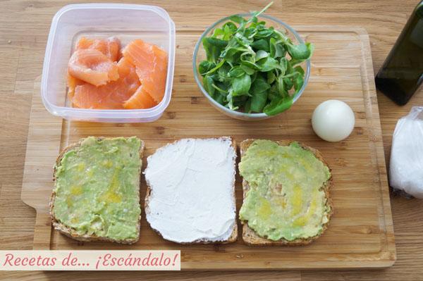 Sandwich con aguacate y queso crema