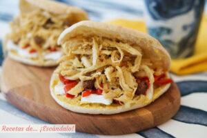 Bocadillo Saona de pan pita con pollo desmechado a la mostaza, queso brie y pimientos del piquillo