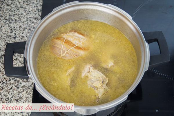 Caldo de pollo para ramen