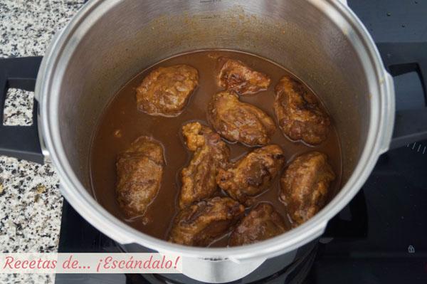 Carrilleras de cerdo en salsa en su jugo