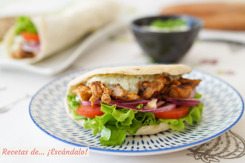 Doner kebab o durum kebab de pollo con salsa tzatziki