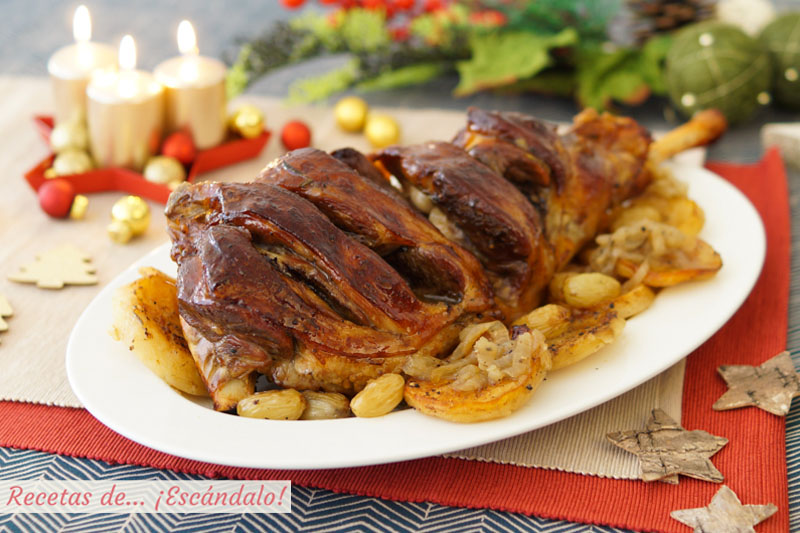 Pierna de cordero al horno con patatas y uvas. Receta de asado