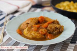 Pollo en salsa tradicional con patatas salteadas. Receta de pollo guisado