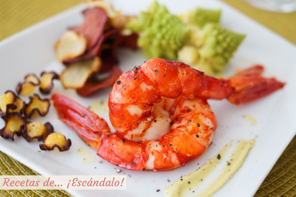 Receta de carabineros a la plancha con mayonesa de wasabi, romanesco al vapor y chips de verduras