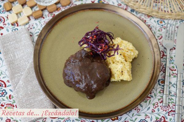 Receta de carrilleras de ternera en salsa con guarnicion de polenta cremosa