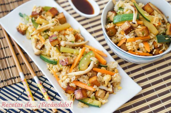Receta de tofu marinado con wok de verduras y arroz