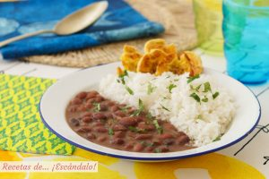Frijoles negros con arroz blanco y patacones o tostones de platano macho al horno
