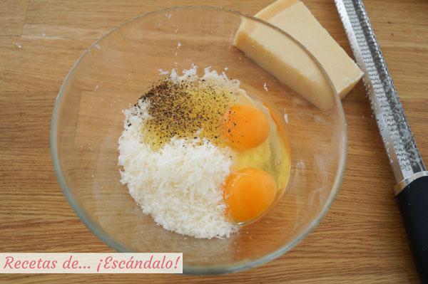 Huevos y queso parmesano para carbonara