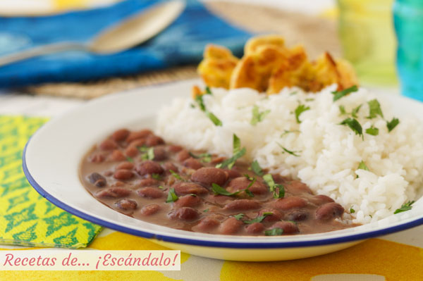 Receta de frijoles negros con arroz blanco y patacones o tostones de platano macho al horno
