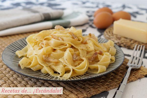 Receta de tagliatelle a la carbonara, tradicional italiana sin nata