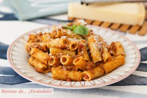 Rigatoni con salsa bolonesa. Receta de pasta deliciosa