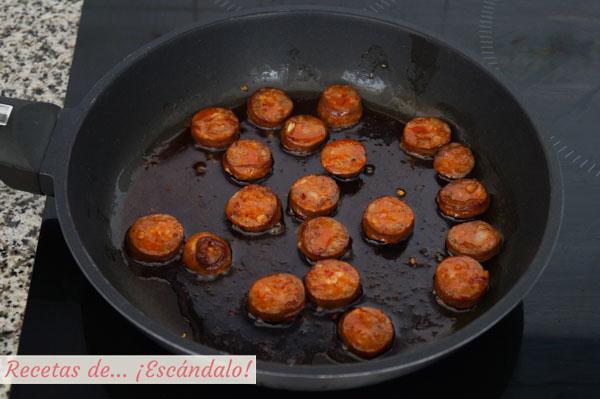 Chorizo salteado para huevos a la flamenca