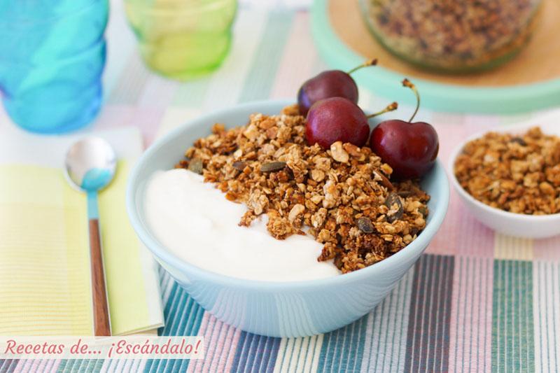 Granola casera de avena, frutos secos y semillas. Receta de desayuno saludable