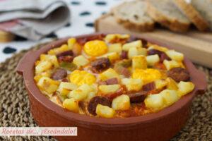 Receta de huevos a la flamenca con chorizo y patatas