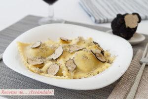Raviolis de pasta fresca casera rellenos de requeson con trufa de verano
